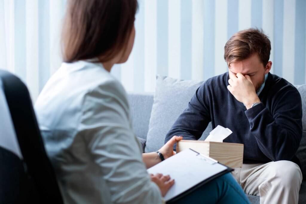 мужчина у психолога