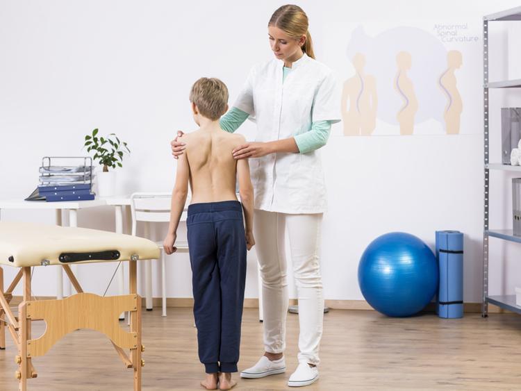 осмотр мальчика врачом-ортопедом