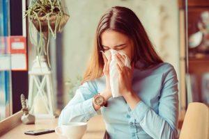 девушка чихает - профилактика вирусов