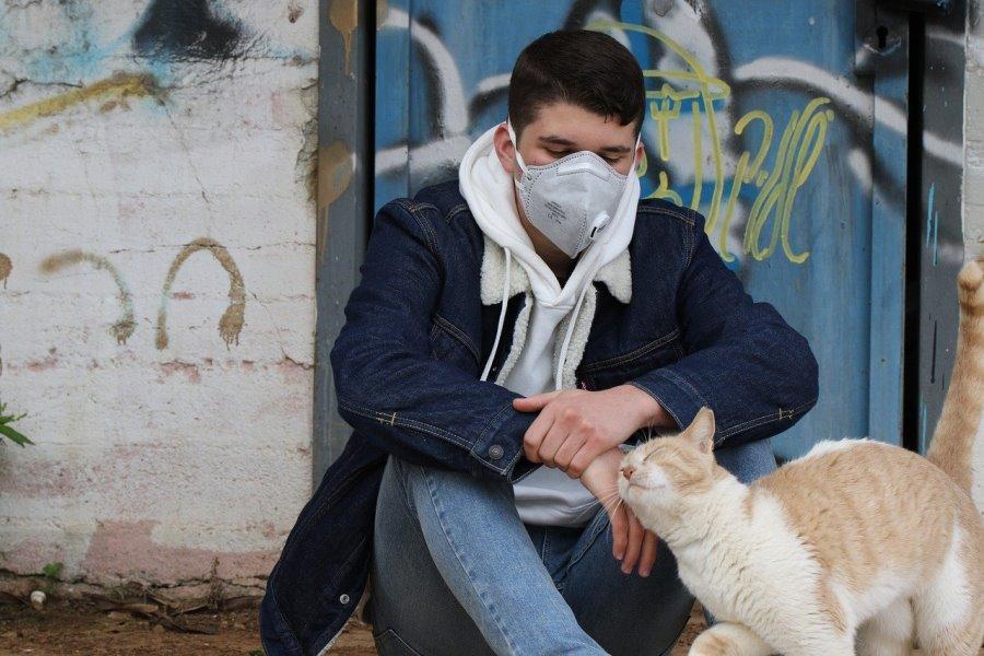 парень в маске и кот