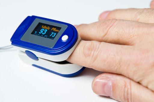 Пульсоксиметр напалечный. Как измеряют уровень кислорода