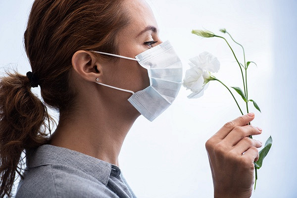 девушка в защитной медицинской маске