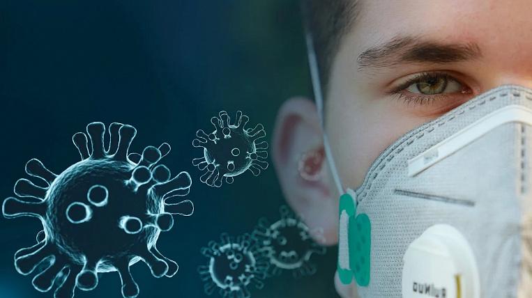 молодой человек в маске уоронавирус