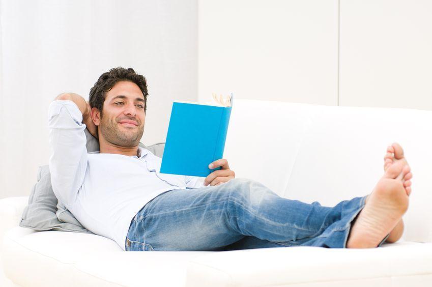 мужчина отдыхает дома
