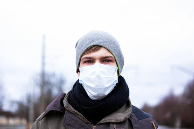 парень в защитной маске