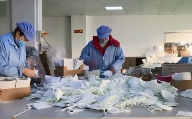 работники почты в масках