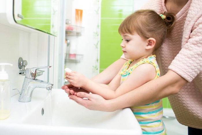 ребенок с мамой моет руки