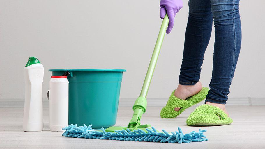 Влажная уборка чистящими средствами для пола