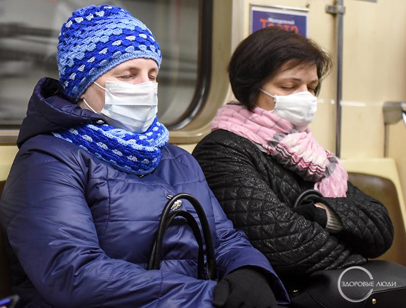 Люди в масках - коронавирус в городе