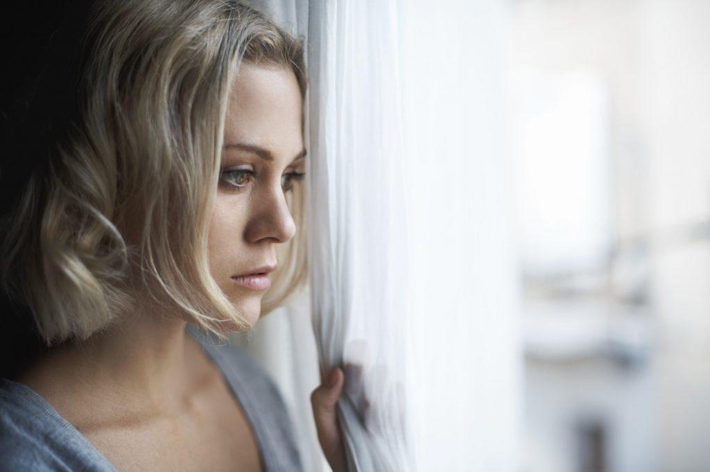 грустная женщина у окна