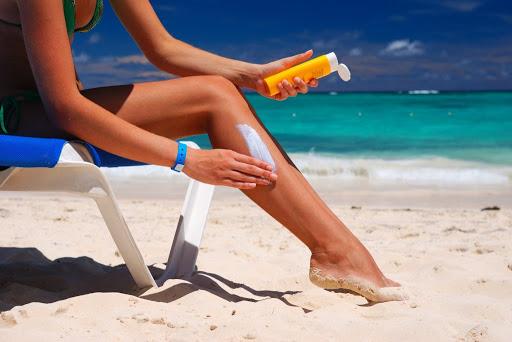 девушка использет солнцезащитный крем