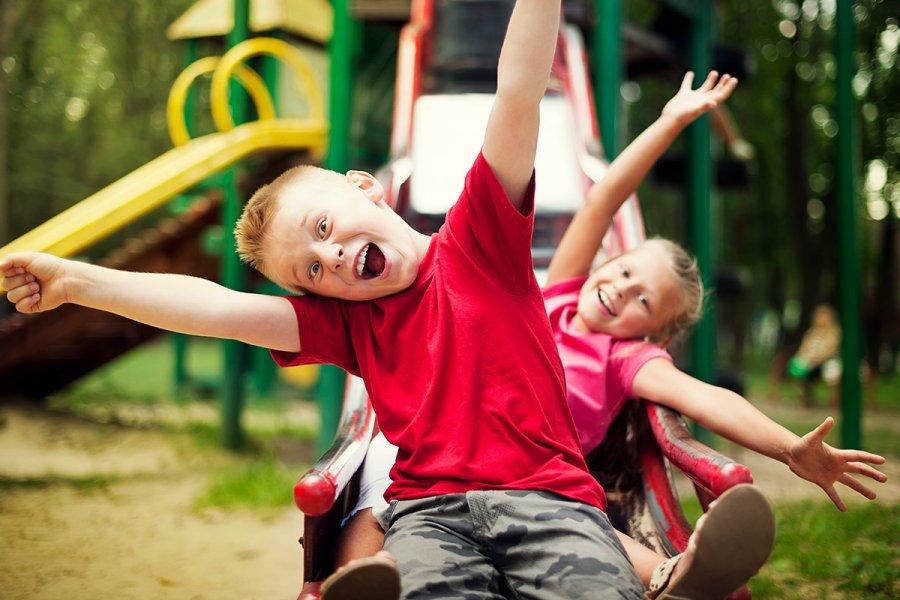 Детские травмы: дети играют на площадке
