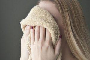 девушка вытирает лицо