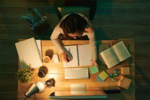 учить уроки ночью