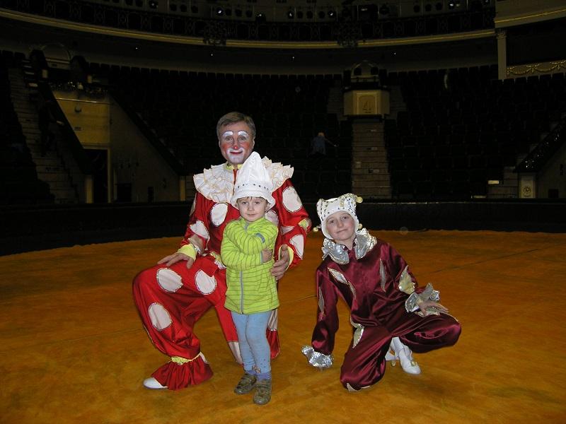 Дети артистов цирка на арене