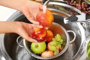 Перед употреблением следует тщательно вымыть овощи, ягоды, фрукты, зелень.