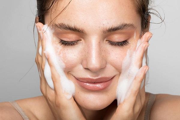 Очищение кожи лица летом