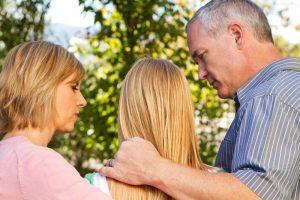 Помогает семья подростку