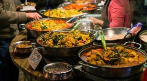 При посещении зарубежных стран лучше воздержаться от чрезмерного употребления в пищу блюд местной кухни.