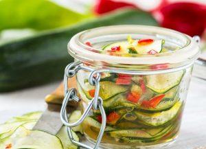 Острый салат из кабачка, чили и мяты