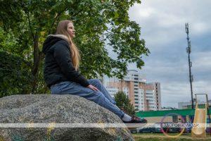 девушка сидит на камне