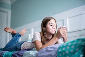 подросток валяется на кровати