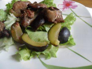 Теплый салат со сливами и куриной печенью