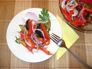 Необычный салат из слив и помидоров